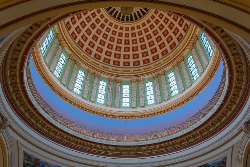 Tak av kupolen av tillståndsKapitolium av Oklahoma i Oklahoma City som är reko royaltyfri foto