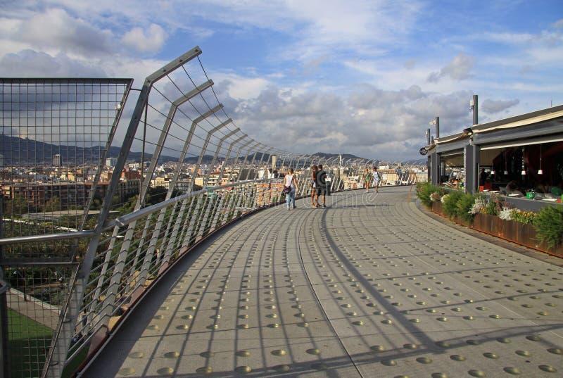Tak av tjurfäktningsarenaarenan på den Spanien fyrkanten i Barcelona med observationsdäcket Nu är arenan en köpcentrum i Barcelon royaltyfri fotografi