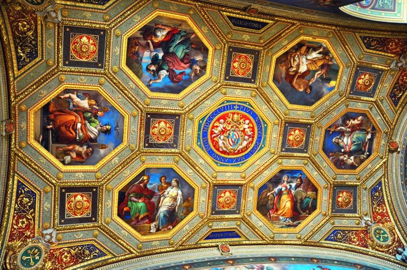 Tak för insida för rum för Vaticanenmuseumöversikt utsmyckat skulpterat royaltyfri fotografi