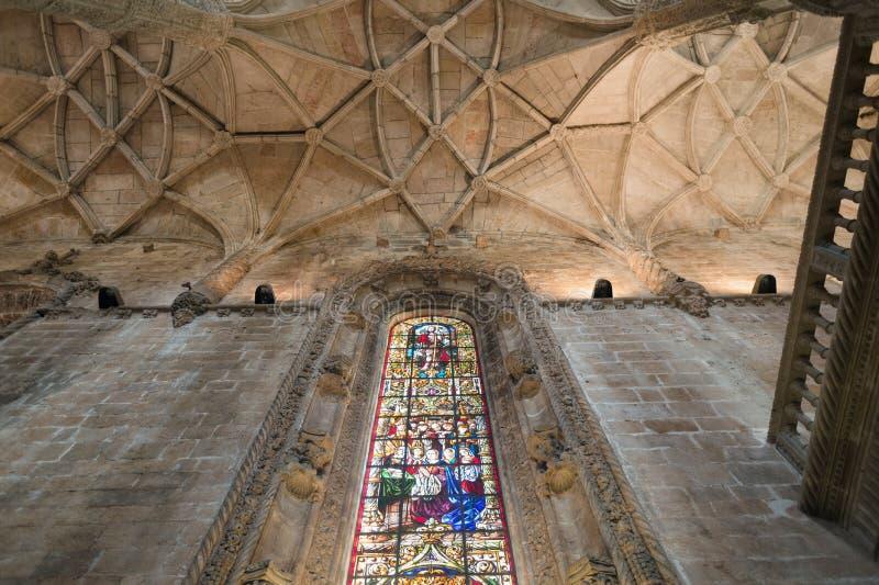 Tak för kristen kyrka med målat glassfönster royaltyfri foto