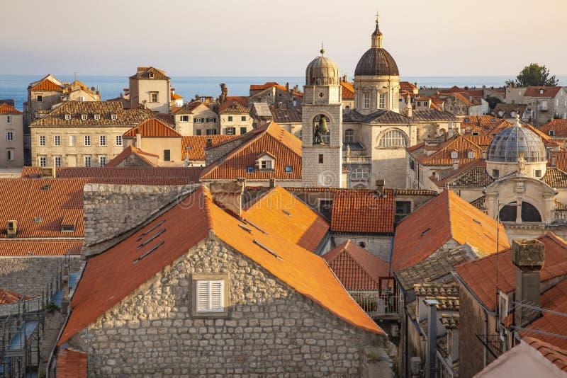 Tak för panoramaDubrovnik gamla stad på solnedgången Europa Kroatien royaltyfri bild