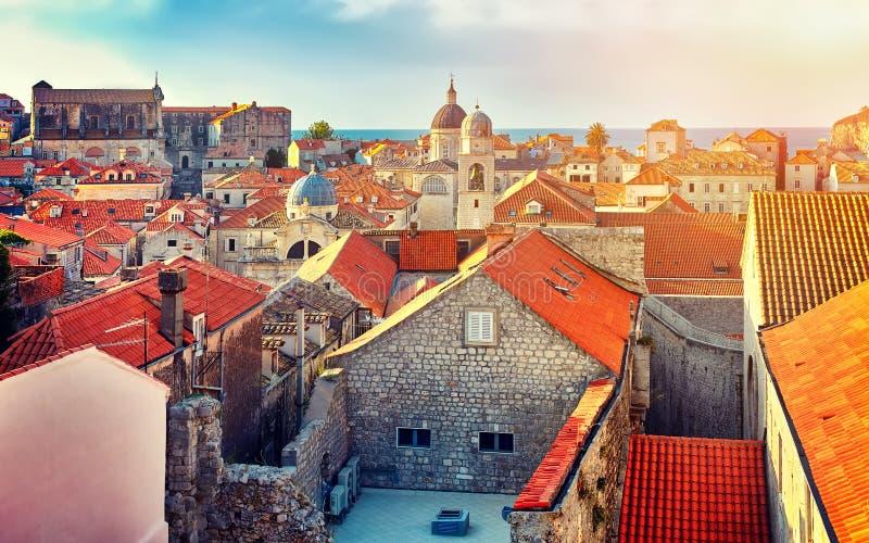 Tak för panoramaDubrovnik gamla stad på solnedgången Europa Kroatien royaltyfria foton