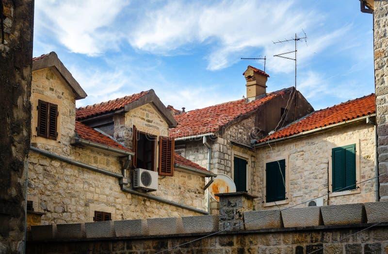 Tak för röda tegelplattor av Kotor, Montenegro arkivbilder