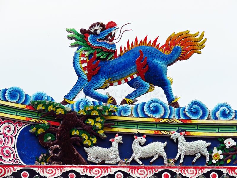 Tak för tempel för drakestatyflyg kinesiskt i Thailand arkivfoto