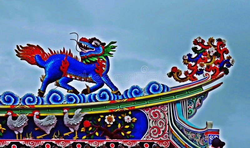 Tak för tempel för drakestatyflyg kinesiskt i Thailand royaltyfri bild