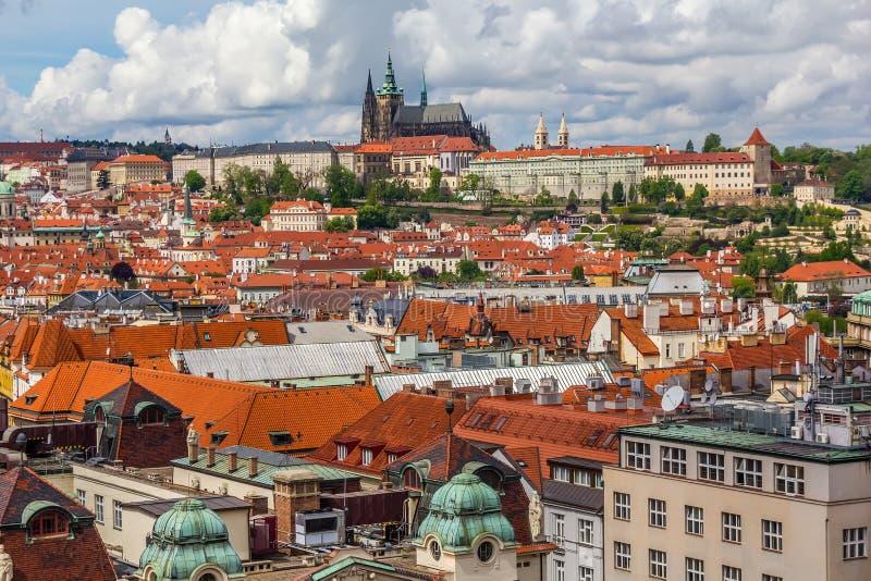 Tak med den Prague slotten arkivfoton