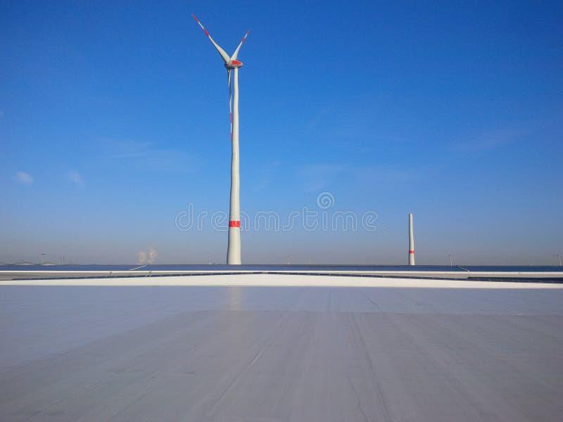 Tak med den stora vindturbinen fotografering för bildbyråer