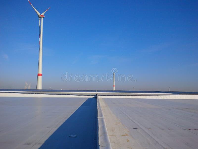Tak med den stora vindturbinen arkivbild