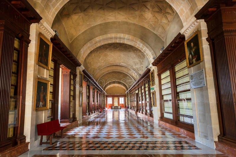 Tak med modeller och långa korridorer av det 16th århundradet Archivo Allmän de Indias, spansk renässansarkitektur arkivbild