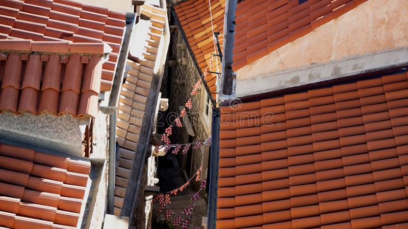 Tak med små flaggor i Dubrovnik arkivbilder