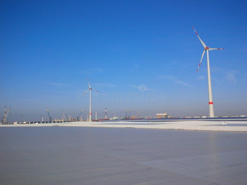 Tak med stora vindturbiner royaltyfri foto