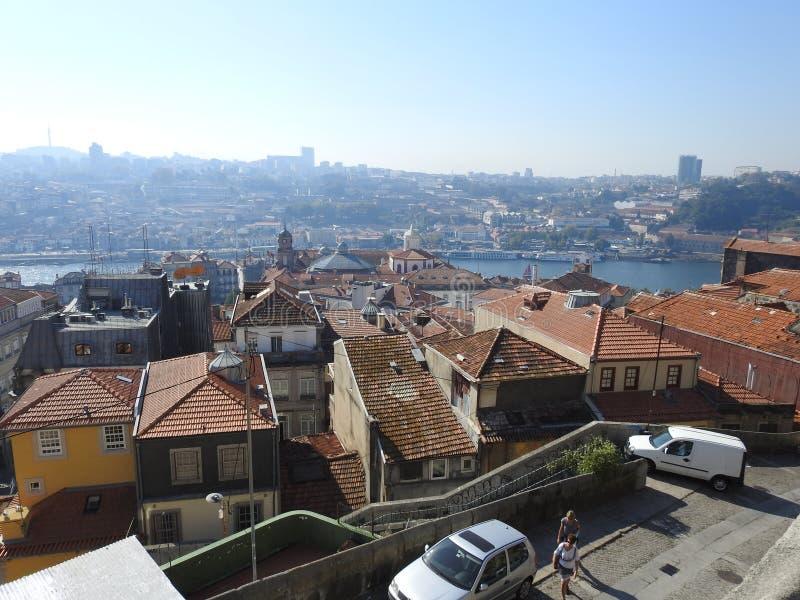 Tak och övregolv av hus i Porto portugal royaltyfri foto