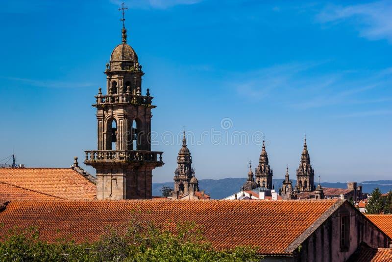 Tak och kyrktorn av domkyrkan av Santiago de Compostela royaltyfri bild