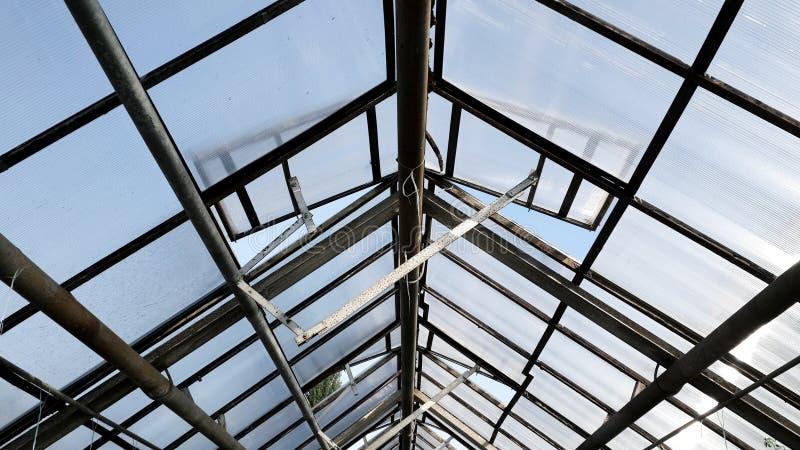 Tak- och metallstrukturer av växthuset royaltyfri fotografi