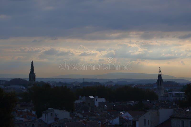Tak och spiers av staden mot himlen med åskmoln arkivbild