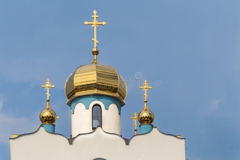 Tak och torn av en ortodox kyrka royaltyfria foton