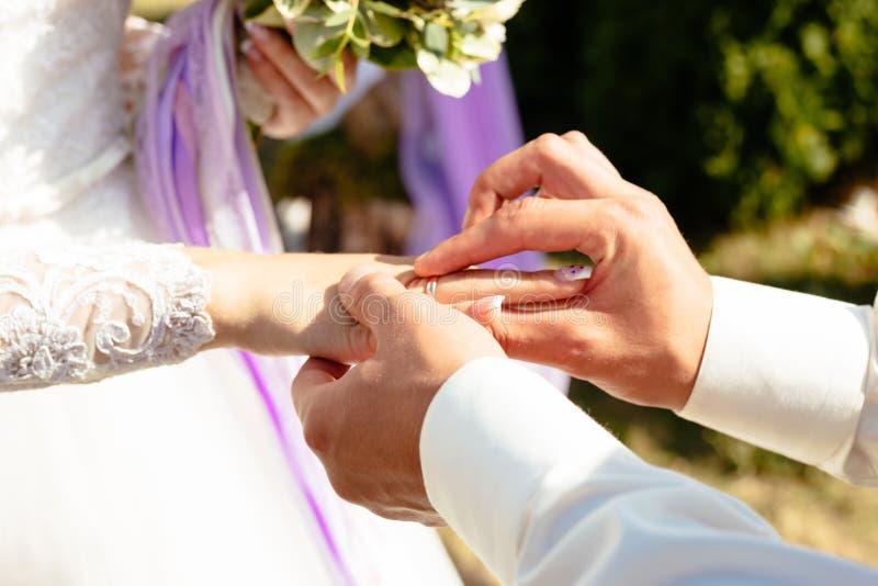 Tak robię dniu jest ubranym obrączkę ślubną na palcu zdjęcia royalty free