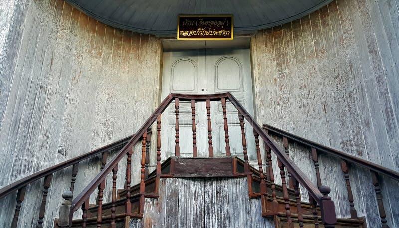 Tak, Tailândia - Nov05, 2015: Escadaria de madeira tradicional velha no estilo chinês na proibição Chin de Trok, província de Tak fotografia de stock