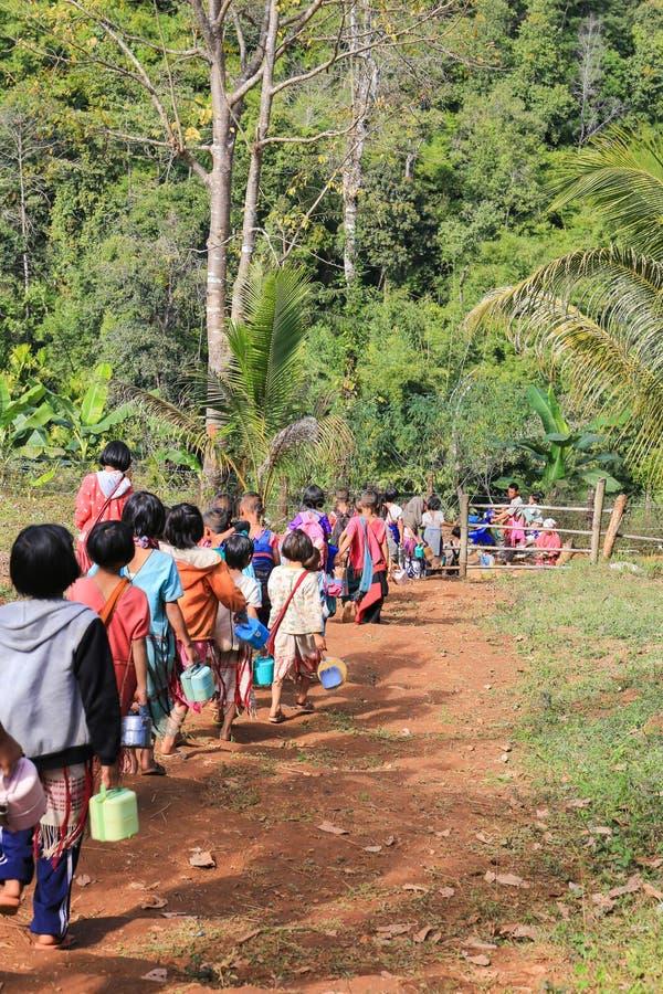 Tak, Tailandia 15 de enero: Los niños de Karen apoyan a casa después de clase de imagen de archivo