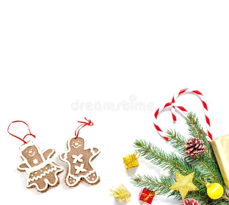 Tak van een Kerstboom met ballen, sparappel, traditionele die suikergoed en dozen met giften op een witte achtergrond worden geïs royalty-vrije stock fotografie