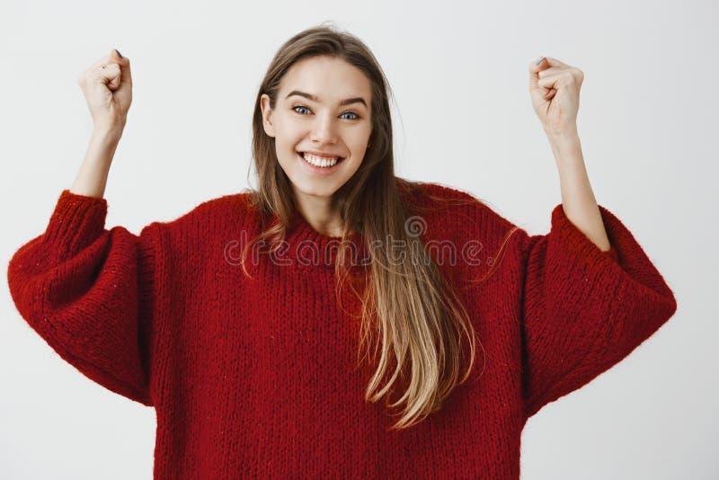 Tak, zrobiliśmy mię, pozwalaliśmy my zaczynać świętować Portret pozytywny entuzjastyczny atrakcyjny żeński uczeń w luźnym pulower obraz stock