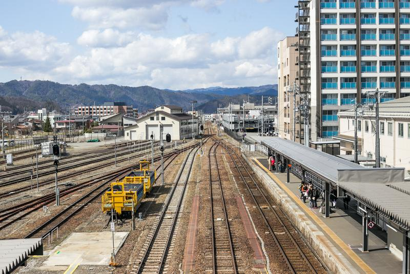Takayama †«9-ое апреля 2019 Gifu, Японии: Ландшафт железнодорожного вокзала Takayama стоковое изображение