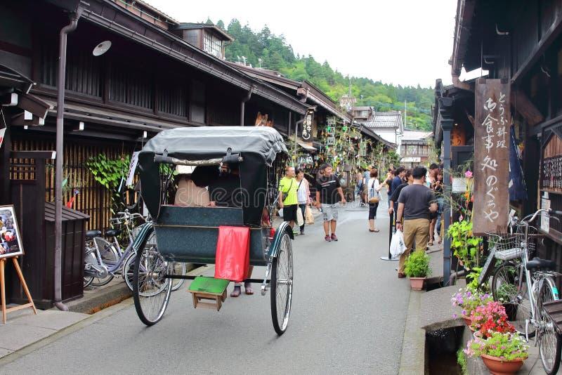 Takayama, Japón - agosto, 7mo de 2017: Jinrikischa tradicional en la ciudad vieja del ` s de Takayama donde edificios muy bien pr fotografía de archivo