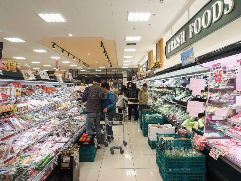 Takayama, Japan - 15. April 2018: Viele Leute, die im Supermarkt kaufen stockbilder