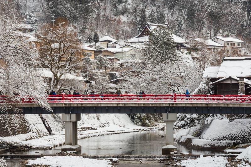 TAKAYAMA JAPAN - Januari 29, 2019: Nakabashi bro med snönedgången och den Miyakawa floden och turist i vintersäsong landmark royaltyfria bilder