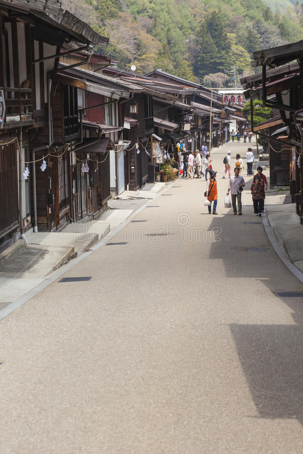 TAKAYAMA JAPAN - MAJ 03: Oidentifierat folk på Sannomachi Stre arkivfoto