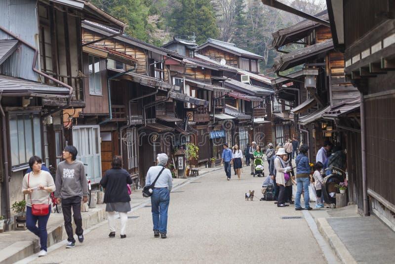 TAKAYAMA JAPAN - MAJ 03: Oidentifierat folk på Sannomachi Stre arkivfoton