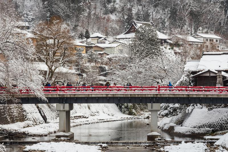 TAKAYAMA, JAPON - 29 janvier 2019 : Pont de Nakabashi avec la chute de neige et la rivière de Miyakawa et touriste dans la saison images libres de droits