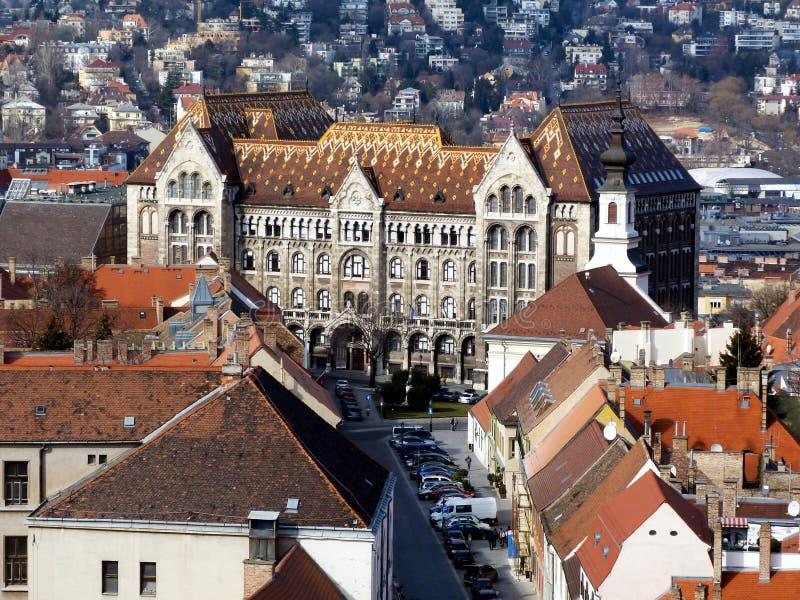 Takblast och streetscape av slottområdet i Budapest fotografering för bildbyråer