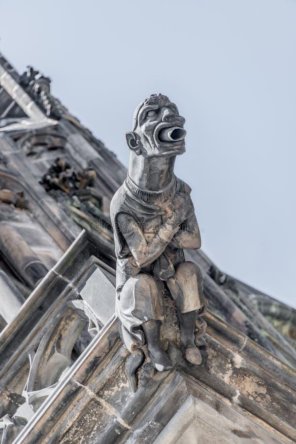 Takdiagram av den läskiga vattenkastaren på den huvudsakliga fasaden av helgonet Vitus Cathedral i Prague, Tjeckien, detaljer, cl royaltyfri foto