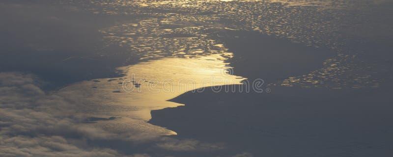 5Take een satellietbeeld van het ijs en de zonsopgang over de bering Straat ï ¼ ˆ1ï ¼ ‰ royalty-vrije stock afbeeldingen