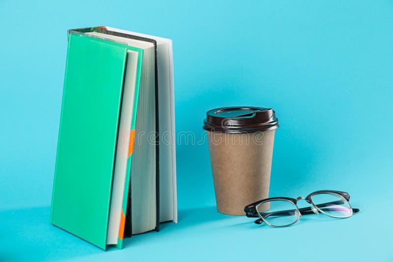 Take-$l*away πρότυπο φλυτζανιών καφέ εγγράφου που απομονώνεται στο μπλε υπόβαθρο στοκ φωτογραφία με δικαίωμα ελεύθερης χρήσης