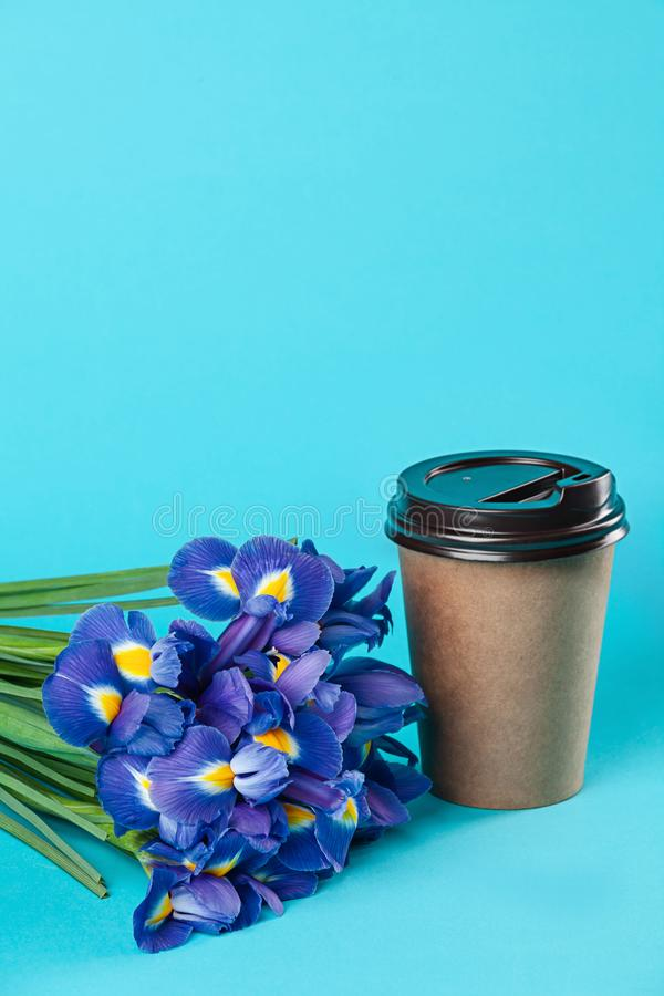 Take-$l*away πρότυπο φλυτζανιών καφέ εγγράφου που απομονώνεται στο μπλε υπόβαθρο στοκ φωτογραφία