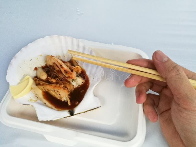 Takeaway arrostito del pettine dell'Hokkaido del gigante con i bastoncini e il righ fotografia stock