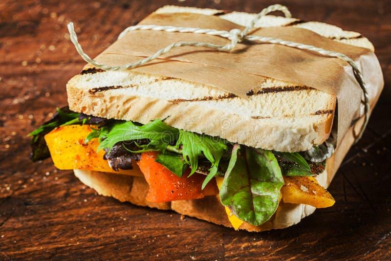 Takeaway piec na grillu wznosząca toast kanapka zdjęcie stock