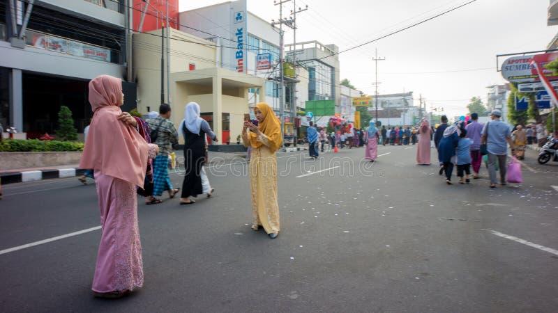 Takeing foto efter den Eid bönen i alun-alunstaden av Blitar, Indonesien arkivfoton