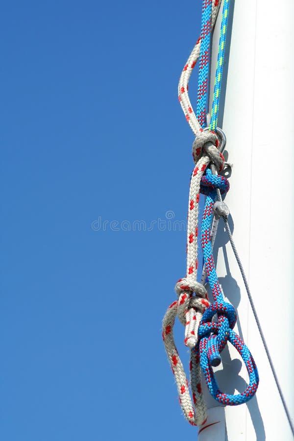 Takelung. Blauer Himmel und weißer Mast. lizenzfreie stockfotografie