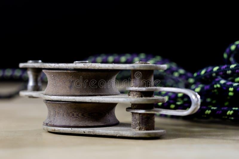 Takelung, Segelnzubehör Seilblock und -schekel auf einem hölzernen lizenzfreies stockfoto