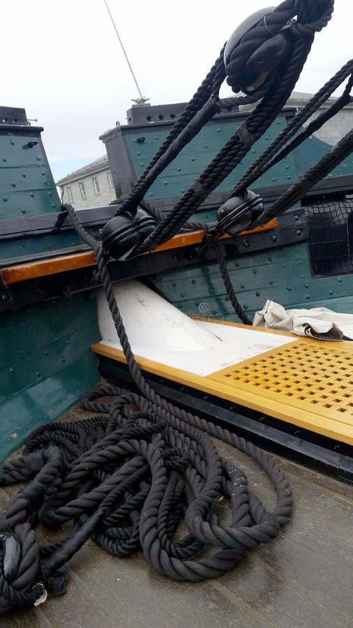 Takelungen auf historischem Segelboot stockbilder