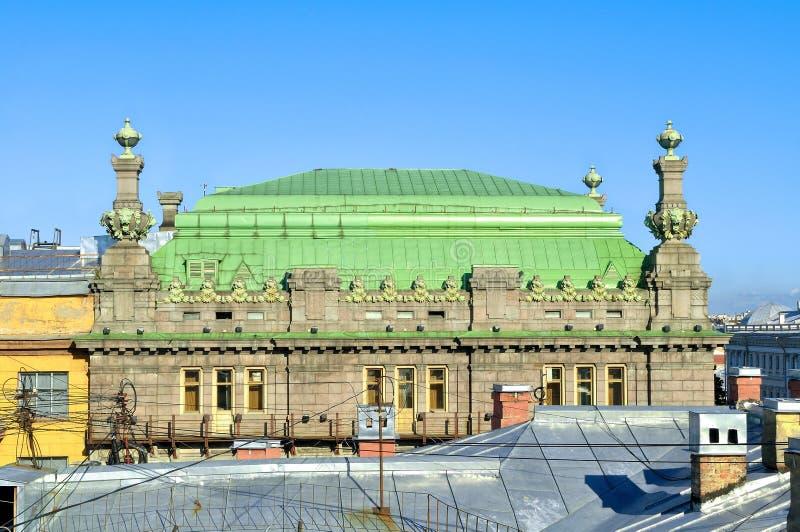 Taket av den St Petersburg teatern av komedi som namnges efter N P Akimov på den Nevsky utsikten i St Petersburg, Ryssland royaltyfria foton