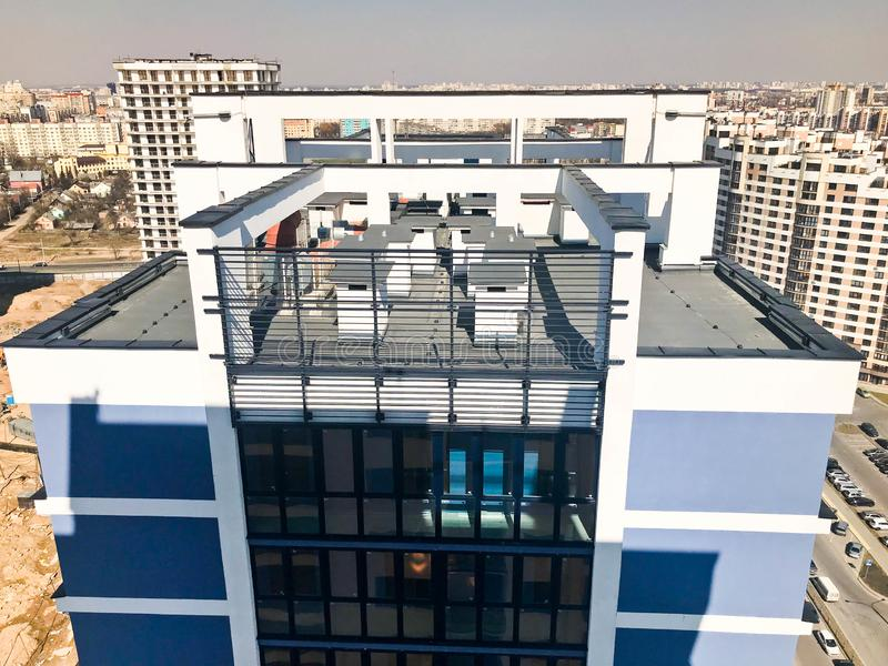 Taket av en hög förstärkt betong, panel, monolitisk-ram, ram-kvarter hus, byggnader, skyskrapor, nybyggen arkivbild