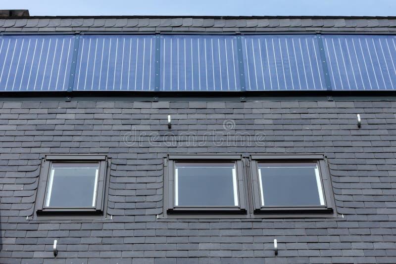 Taket av svart kritiserar tegelplattor, taket Windows och fasta solpaneler arkivfoto