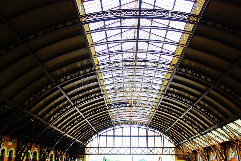 Taket och dess stålstrukturer royaltyfri fotografi