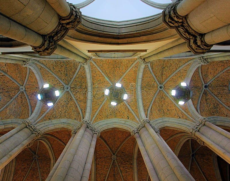 Taket och kolonnerna av kyrkan royaltyfria bilder