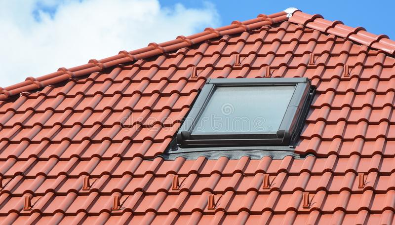 Takfönsterfönster på modernt hustak royaltyfri fotografi