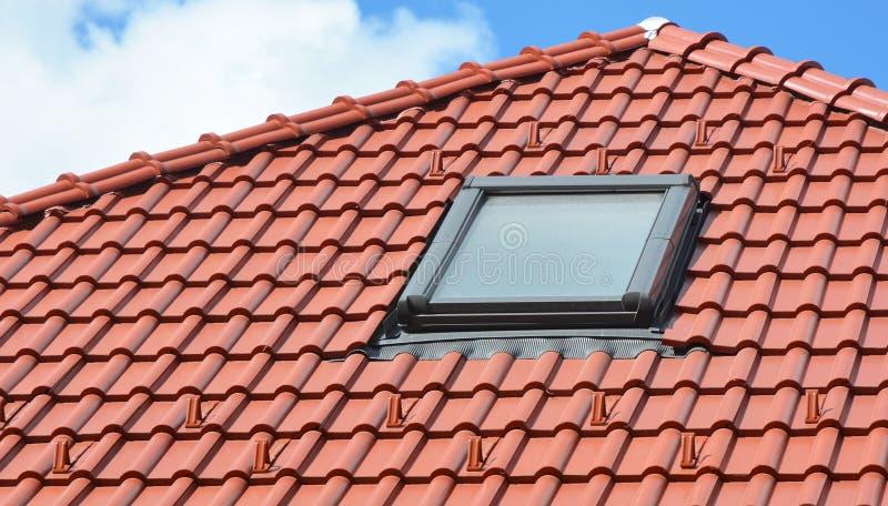 Takfönsterfönster på modernt hustak arkivfoto